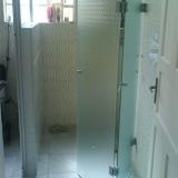 box de vidro para banheiro com porta de abrir