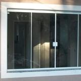 janela de vidro para quarto