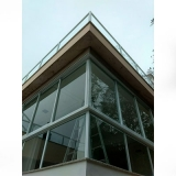 janela grande de vidro